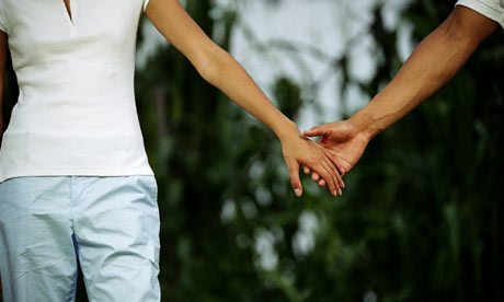 couple-holding-hands-001